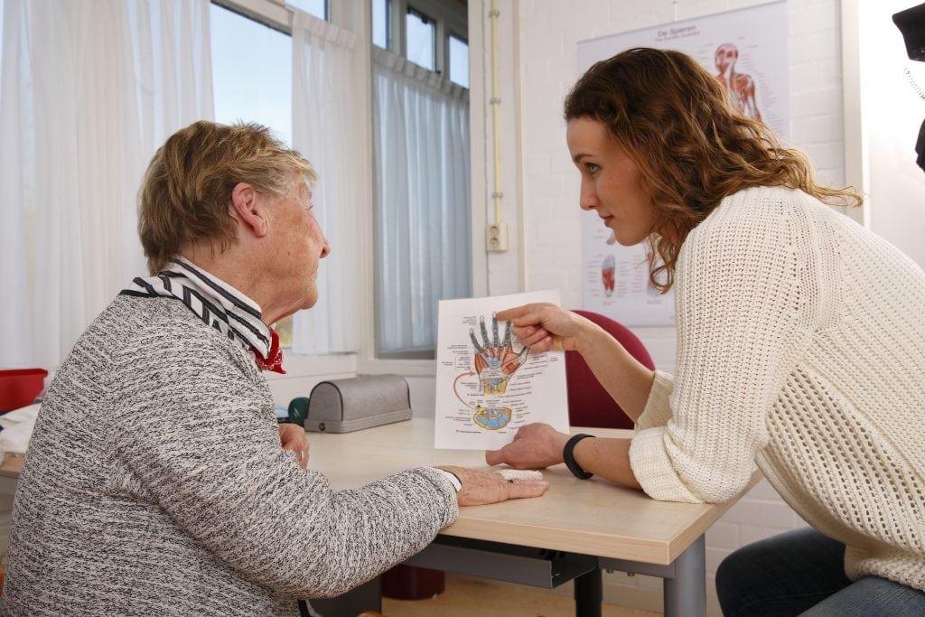 Ergotherapeut legt uit aan de client