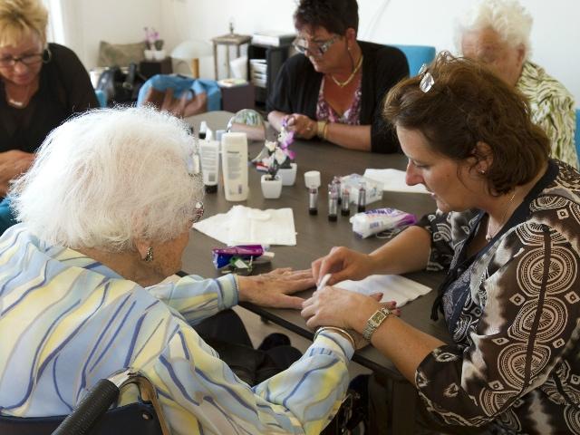 Dames aan tafel die hun nagels verzorgen
