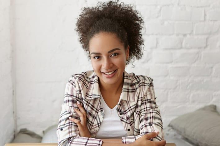 Portret van een lachende vrouw