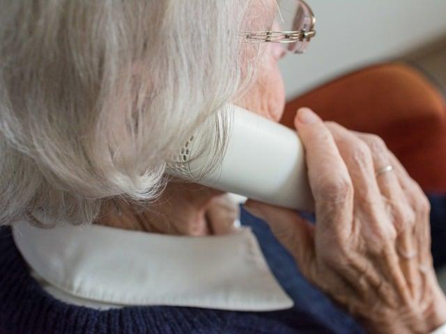 Oudere dame aan de telefoon